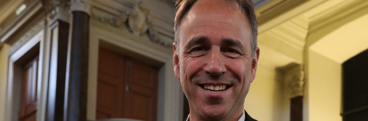 Anthony-horowitz-receiving-the-honorary-fellowship-of-theoxford-literary-festival-417a3336